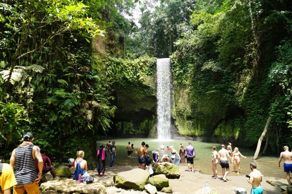 Touristen am Tibumana Wasserfall in Bali